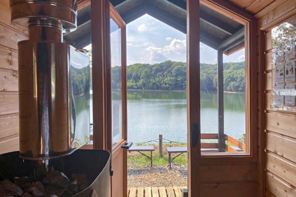 SAVOTTA製-テントサウナとアセマサウナをご用意しております。 宮沢湖の湖畔で、男性も女性も一緒にサウナをお楽しみいただけます。 ・ヴィヒタレンタルあり。 ・専用のウォーターエリア、シャワーを完備。 ・ととのい椅子完備。 ・レンタルタオル/水着(有料)あり。